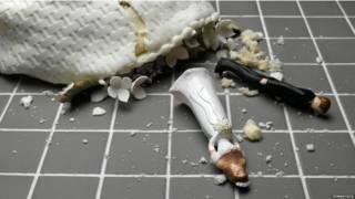 Фигурки жениха и невесты на свадебном торте