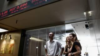 Bảng hiệu cho thấy chứng khoán Hy Lạp sụt giảm