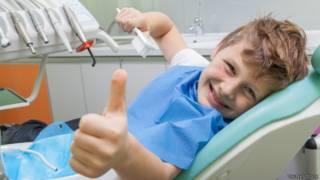 Niño contento en el dentista.
