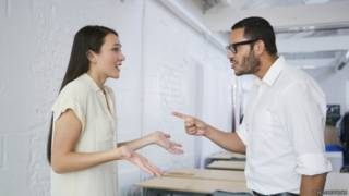 Por qué las mujeres sienten más frío que los hombres en la oficina