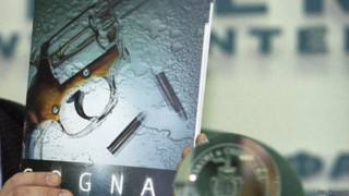 Револьвер и патроны на обложке детективного романа