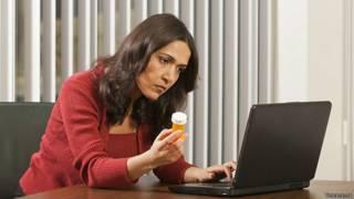 Женщина ищет в интернете лекарство