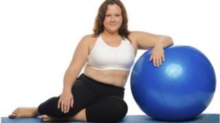 Mujer con sobrepeso haciendo ejercicio