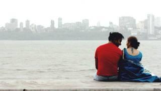 ممبئی میں سمندر کنارے بیٹھا ہوا ایک جوڑا