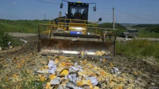 俄國推土機銷毀西方生產的農產品