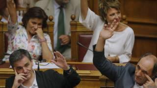 Члены правительства Греции голосуют в парламенте