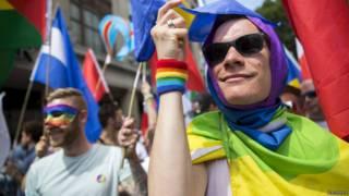 В Лондоне ежегодно проходит гей-парад, который посещают тысячи людей