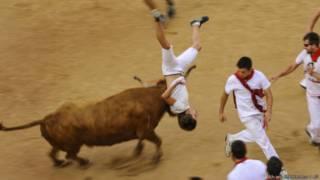 Participante é atingido durante tourada em Pamplona, Espanha (Foto: Alvaro Barrientos/AP)