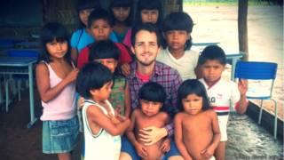 Felipe Oliveira Jacinto com os seus alunos xavante