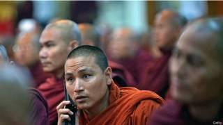 Буддийский монах разговаривает по телефону