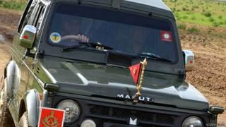 पैरा जंपिंग के लिए सेना की गाड़ी में जाते महेंद्र सिंह धोनी
