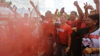 Manifestantes pró-Dilma em frente ao Instituto Lula ( Foto: Nelson Antoine/AP)
