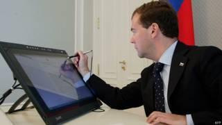 Дмитрий Медведев перед компьютером