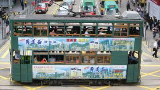復古電車120號在香港德輔道中通過(資料圖片)