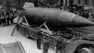 El cohete V2 exhibido en Trafalgar square, Londres, en 1945