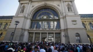 रेलवे स्टेशन के बाहर जमा शरणार्थी.
