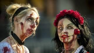 Personas vestidas de zombis en un festival en París