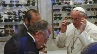 Papa Francis akijipima miwani