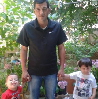 Abdullah Kurdi com os dois filhos, Alan e Ghalib