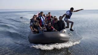 Refugiados sírios chegando à ilha grega de Lesbos, nesta sexta-feira (Reuters)