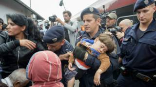 Полиция и мигранты на вокзале