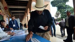 Ciudadano emite su voto en Guatemala