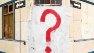 Un signo de interrogación en una pared