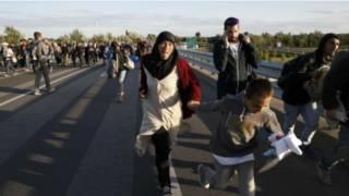 यूरोप पहुँच रहे प्रवासी