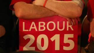 Сторонник лейбористской партии с плакатом