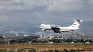 Un avión de carga ruso despega del aeropuerto de Latakia, en Siria.