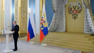 Президент Владимир Путин выступает в Андреевском зале Кремля на приеме в честь выпускников военных академий 25 июня 2015 г.