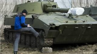 САУ и наблюдатель ОБСЕ в Донбассе