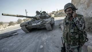 Сирийский солдат рядом с танком Т-72