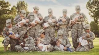Mujeres soldados amamantando