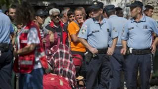 Мигранты и хорватские полицейские