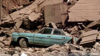 Auto bajo escombros tras el sismo de 1985 en Ciudad de México