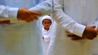नमाज़ में मुसलमान बच्चा