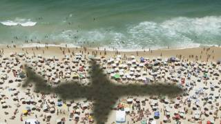 Тень самолета на пляже