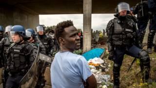Мигрант и полицейские