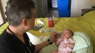 Doctor con bebé