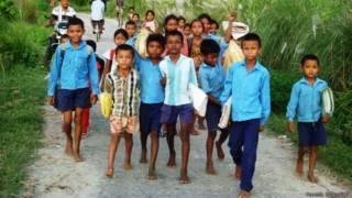थारु आदिवासी बच्चे