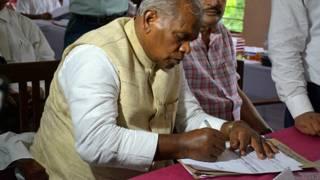 मखदुमपुर विधानसभा क्षेत्र से पर्चा दाखिल करते जीतन राम मांझी