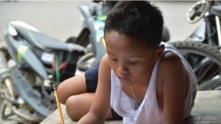 Como foto mudou vida de menino filipino que estudava sob luz do McDonald's