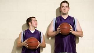 رجلان أحدهما طويل والآخر قصير
