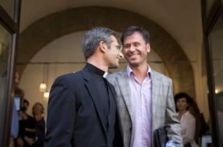 Quem é Krzysztof Charamsa, o padre que se declarou gay às vésperas de sínodo católico