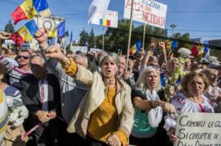 Участники антиправительственной акции протеста в Кишиневе. 4 октября 2015 г.