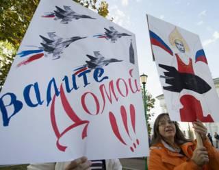 Плакаты на митинге в Минске против размещения российской авиабазы