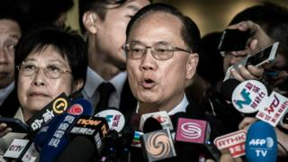 香港前行政長官曾蔭權與妻子到東區裁判法院應訊