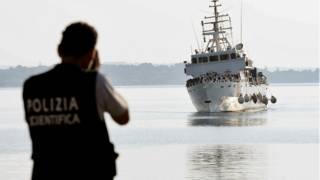 قارب للاجئين
