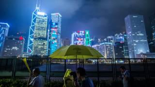 香港中環海旁群眾撐起黃色雨傘遊行紀念「佔領中環」爆發一週年(26/9/2015)